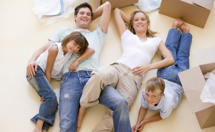 Glückliche Familie in Eigentumswohnung