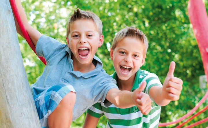 Zwei Jungen strecken Daumen hoch
